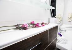 Decoración rosada hermosa de la flor en el cuarto de baño Foto de archivo