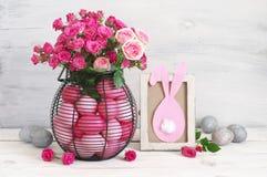 Decoración rosada y gris de la tabla de los huevos de Pascua Fotos de archivo libres de regalías