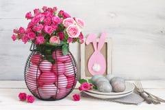 Decoración rosada y gris de la tabla de los huevos de Pascua Foto de archivo libre de regalías