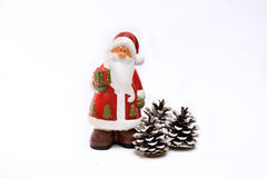 Decoración Santa Claus del Año Nuevo de la Navidad y conos en blanco Fotografía de archivo libre de regalías