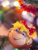 Decoración sonriente de la Navidad del mono Fotos de archivo libres de regalías