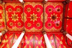 Decoración tailandesa hermosa del estilo en el techo del templo de Tailandia Foto de archivo libre de regalías