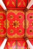 Decoración tailandesa hermosa del estilo en el techo del templo de Tailandia Fotografía de archivo libre de regalías