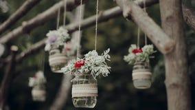 Decoración, tarros colgantes con las flores almacen de metraje de vídeo