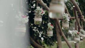 Decoración, tarros colgantes con las flores