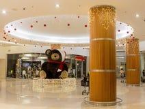 Decoración Teddy Bear de la Navidad en alameda de compras Muchos ornamentos y regalos del día de fiesta Fotografía de archivo