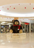 Decoración Teddy Bear de la Navidad en alameda de compras Muchos ornamentos y regalos del día de fiesta Fotos de archivo libres de regalías