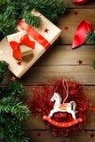 Decoración tradicional de la Navidad con los juguetes de Navidad del vintage Fotos de archivo libres de regalías