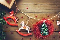Decoración tradicional de la Navidad con los juguetes de Navidad del vintage Fotografía de archivo