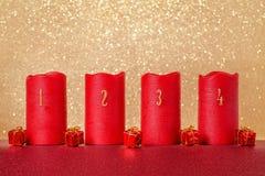 Decoración tradicional de la Navidad, velas con números y fondo del oro, espacio de la copia Imagen de archivo