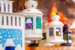 Decoración tradicional del mercado de la Navidad, quiosco por completo de lámparas adornadas Imagen de archivo libre de regalías