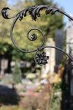 Decoración vieja del hierro labrado en un cementerio Fotos de archivo libres de regalías