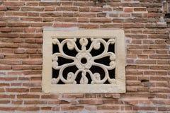 Decoración vieja del muro de cemento - detalle decorativo del estampado de plores usado para una ventana fotografía de archivo