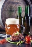Decoración withvegetable del filete de carne de vaca Barril de cerveza con el vidrio y la botella de cerveza Imágenes de archivo libres de regalías