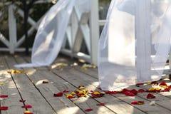Decoración y abastecimiento de la boda en la calle del verano fotografía de archivo libre de regalías