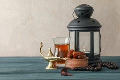 Decoración y comida del día de fiesta de Ramadan Kareem en la tabla de madera imagen de archivo libre de regalías
