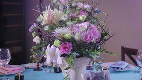 Decoración y decoración de la tabla para un día de fiesta, una boda o una celebración metrajes