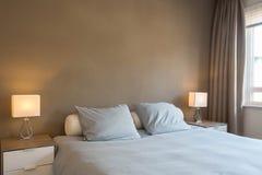 Decoración y diseño de dormitorio moderno, colores marrones calientes fotografía de archivo libre de regalías