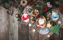 Decoración y galletas de la Navidad en estilo rústico Foto de archivo libre de regalías