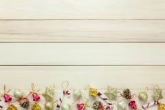 Decoración y ornamento de Chrismas de la visión superior en la tabla de madera con c Fotos de archivo libres de regalías
