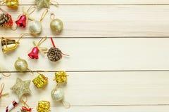 Decoración y ornamento de la Navidad de la visión superior en la tabla de madera con c Fotos de archivo
