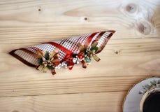 Decoración y taza de café en la tabla de madera Imagen de archivo libre de regalías