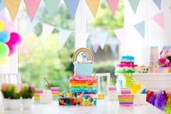 Decoración y torta de la fiesta de cumpleaños de los niños Foto de archivo