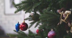 Decoraci?n colgante de la Navidad en ?rbol con las luces de la Navidad Adornamiento en el ?rbol de navidad con la bola 4K metrajes