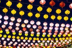 Decoraci?n colorida de las linternas de papel durante A?o Nuevo chino