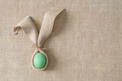 Decoraci?n de la tabla de Pascua con la servilleta bajo la forma de o?dos y huevos de conejo Minimalismo festivo imagenes de archivo