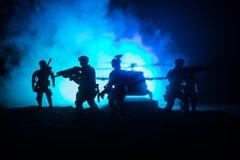 Decoraci?n de las ilustraciones Soldados en el desierto durante la operaci?n militar con el helic?ptero de combate o el asalto de fotografía de archivo