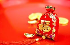 Decoración china del Año Nuevo: el rojo sentía la tela empaquetar o al prisionero de guerra del ANG con Imágenes de archivo libres de regalías