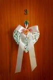 Decoración de la boda en la forma del corazón en el fondo de madera de la puerta Con tres números afortunados Fotos de archivo