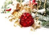 Decoración de la Navidad con las estrellas de oro del und rojo de las bolas Fotos de archivo