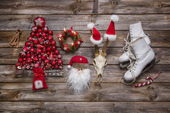 Decoración de la Navidad en colores clásicos: rojo, blanco y madera en n Fotografía de archivo libre de regalías