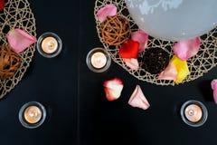 Decoración de la tabla con las velas y las bolas del mimbre Fotos de archivo