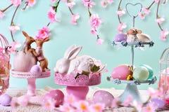 Decoración de la tabla de Pascua en colores en colores pastel Foto de archivo libre de regalías