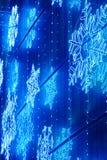 Decoración de las luces de la Navidad en una fachada del edificio en tono azul Imagen de archivo libre de regalías