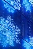 Decoración de las luces de la Navidad en una fachada del edificio en tono azul Foto de archivo libre de regalías