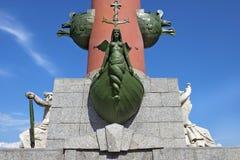 Decoración de una columna rostral en St Petersburg, Rusia Fotos de archivo