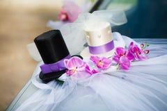 Decoración del coche de la boda con dos sombreros de copa Foto de archivo libre de regalías
