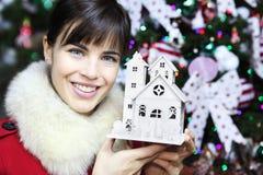 Decoración del hogar de las compras de la mujer de la Navidad Imágenes de archivo libres de regalías