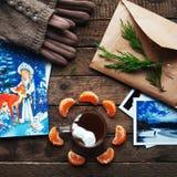 Decoración del invierno Composición en el fondo de madera Té caliente, velas, pomelo cortado Navidad Humor de la Navidad Alcohol  Fotos de archivo libres de regalías