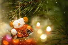 Decoración del árbol de navidad con el muñeco de nieve de los juguetes Fotos de archivo