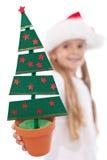 Decoración del árbol de navidad en mano de la muchacha del litte Fotos de archivo libres de regalías