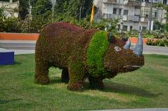 Decoración del rinoceronte con las flores Fotografía de archivo