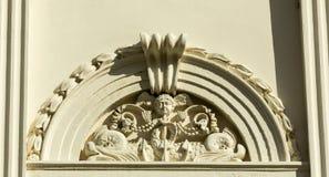 Decoración en el tejado del palacio antiguo Fotos de archivo libres de regalías