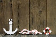 Decoración náutica con el ancla y nudo en la madera. Fotos de archivo libres de regalías