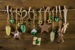 Decoración vieja rústica de la Navidad en la madera Oro y colores marrones Imagen de archivo
