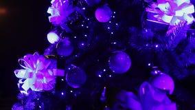 Decoraciones agradables y luces que chispean en el árbol de navidad, noche mágica de la guirnalda almacen de metraje de vídeo